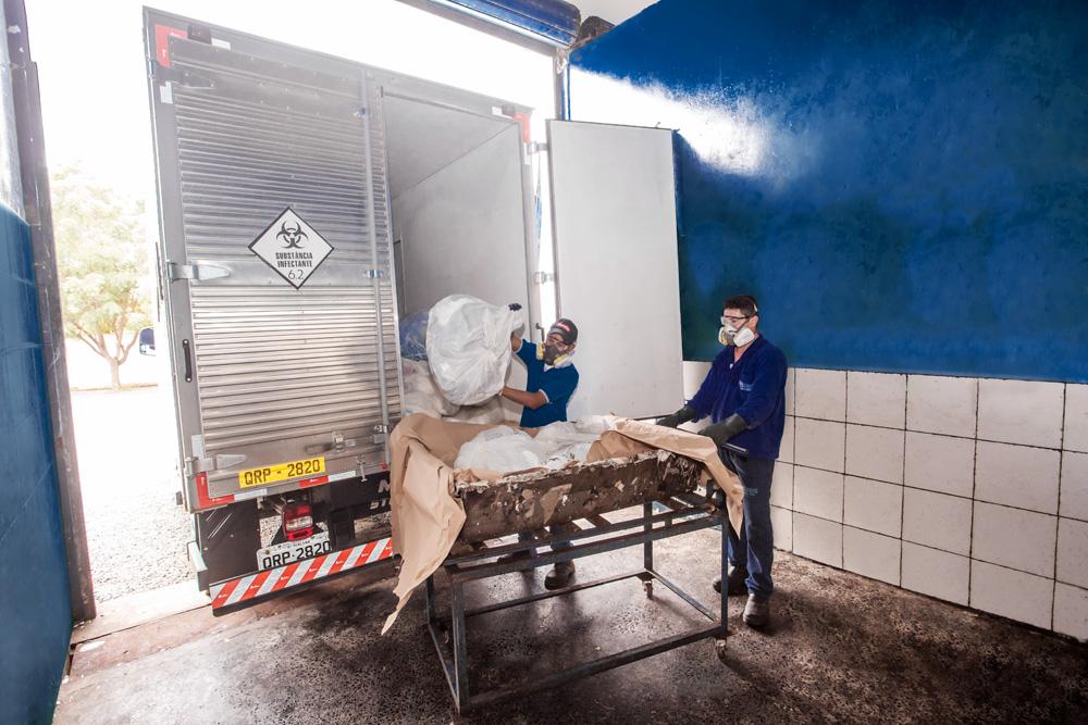 Empresa Sterlix recolhendo o lixo hospitalar