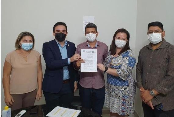 secretária Luana Lages com profissionais da secretaria de Saúde e representantes do Coren-PI