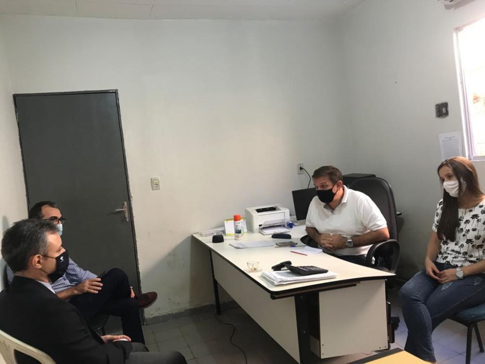 Equipe da Receita Federal durante visita a Barras